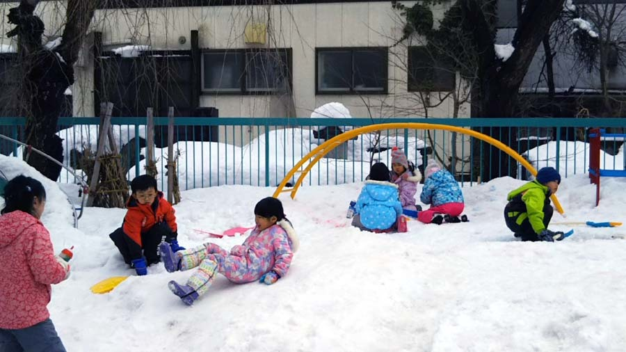 雪遊びをしています。_d0353789_13373864.jpg