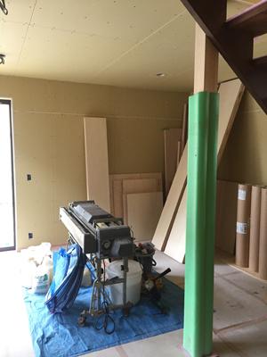 室内と外で仕上げ工事中_a0148909_16031187.jpg