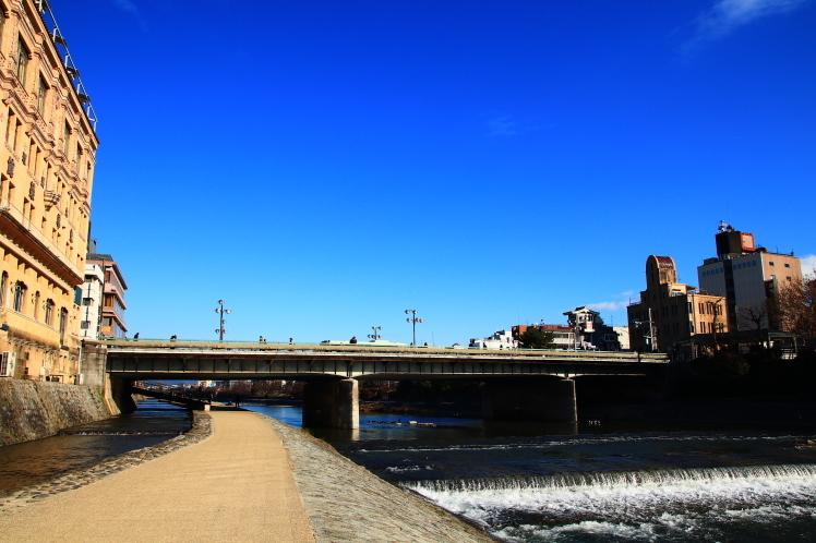 祇園四条 青空の鴨川 _f0209122_18225141.jpg