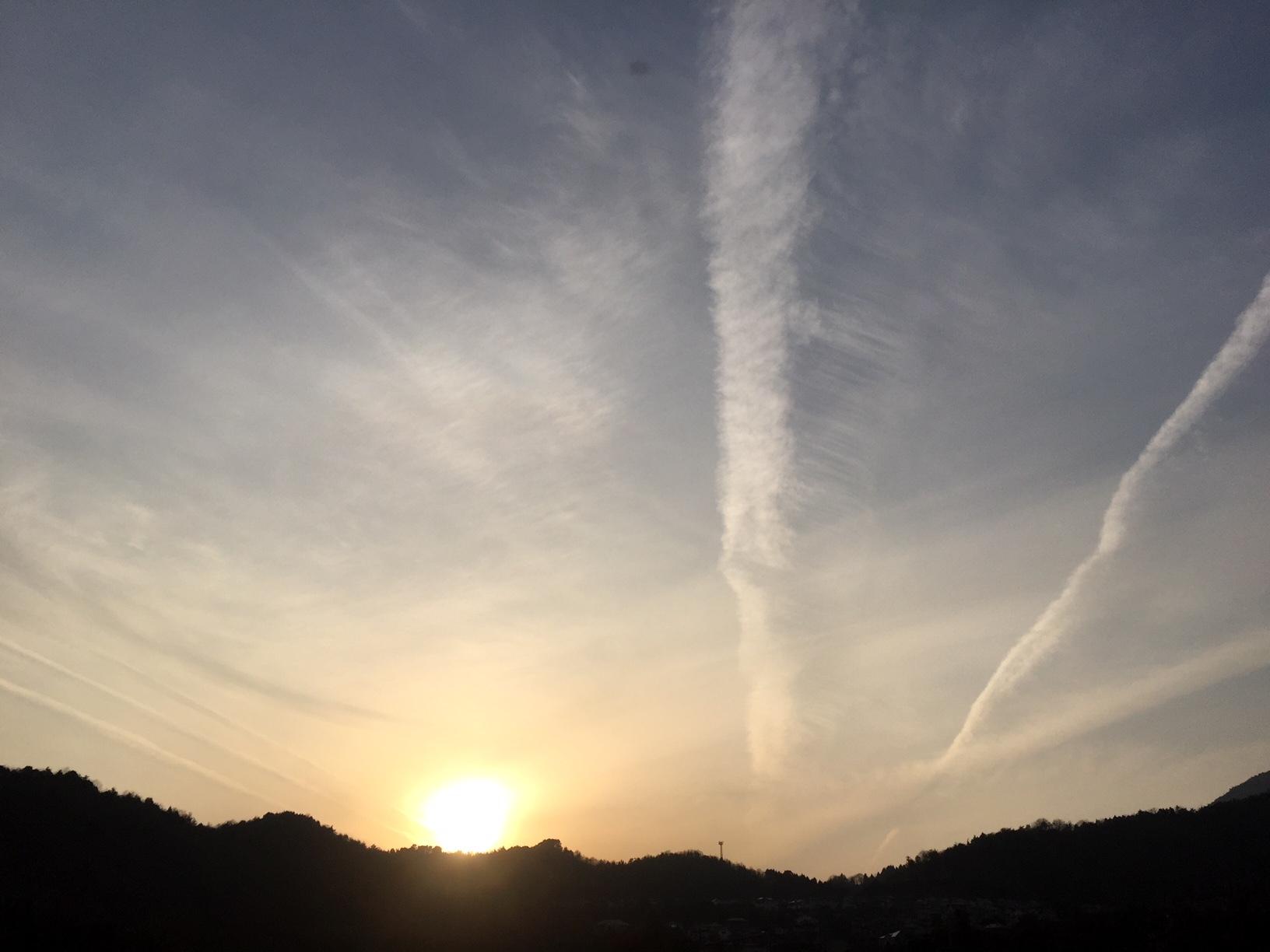 飛行機雲が幾筋にも_e0175370_19033733.jpg