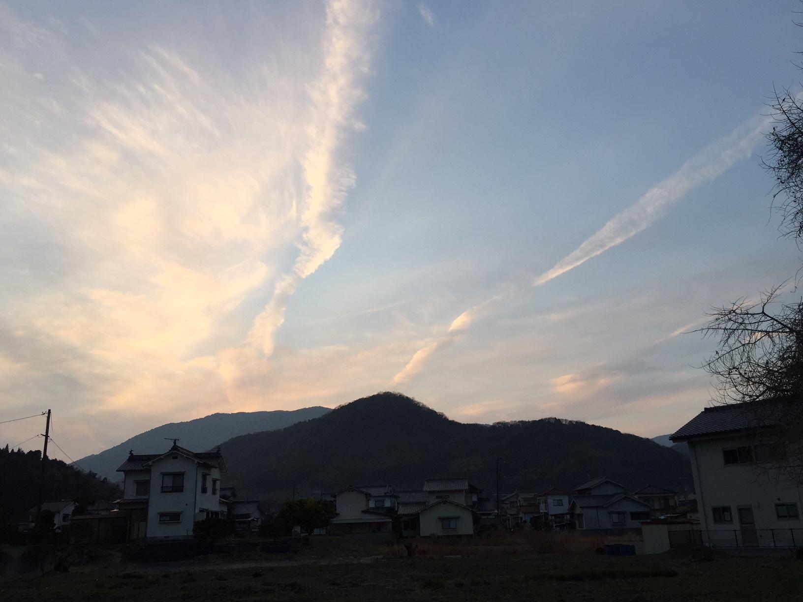 飛行機雲が幾筋にも_e0175370_19034683.jpg