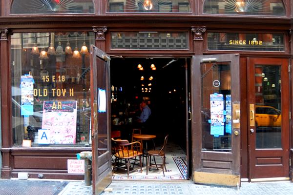 NYを代表する1892年創業の老舗の名店、オールド・タウン・バー(Old Town Bar)_b0007805_10381523.jpg