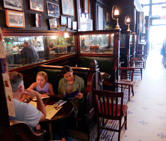 NYを代表する1892年創業の老舗の名店、オールド・タウン・バー(Old Town Bar)_b0007805_1039425.jpg