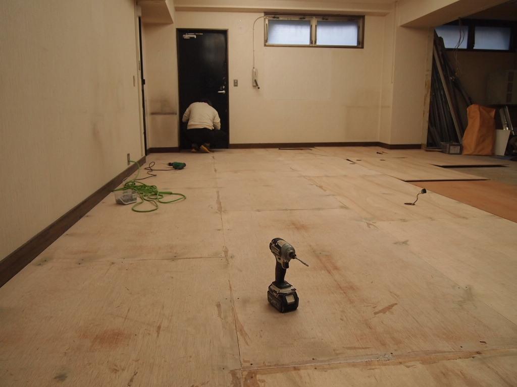 内装床捨て張り工事へ。。_a0214329_21294852.jpg
