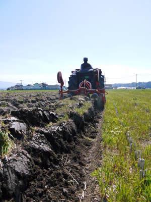 七城米大好評発売中!長尾農園さんは平成30年度の米作りをスタートしました!天地返しの様子(2018後編)_a0254656_16513622.jpg