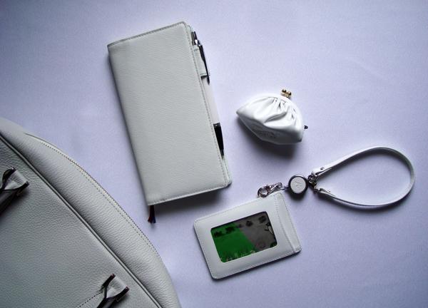バッグの中は白い小物で_c0134902_221532100.jpg