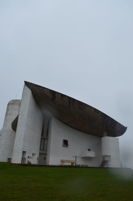 ロンシャン礼拝堂(ノートルダム・デュ・オー礼拝堂)の旅②切ない月と霞む景色_b0346275_06485701.jpg