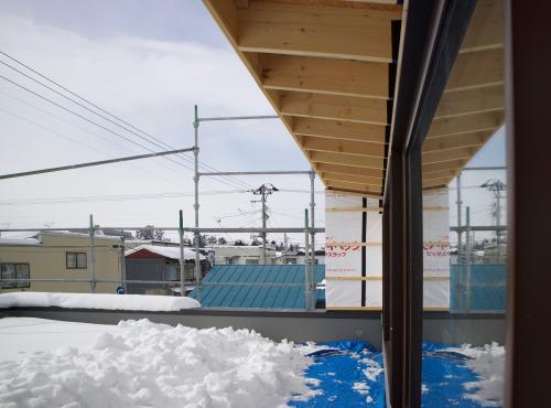 Q1住宅弘前:芝置屋根の雪_e0054299_10045562.jpg