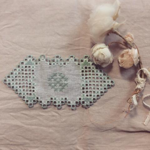 ハーダンガー刺繍の可憐なドイリー_a0157409_10380328.jpg