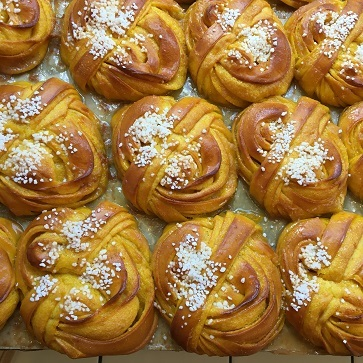 Fabrique Bakeryのサフランクロワッサンとサフランバンズ_f0238789_21190775.jpg