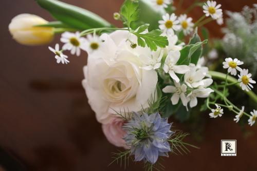 今月の「5本の花ということ」春の花の中でも、人気のたかい5種類を使ってみました。_c0128489_20064974.jpg