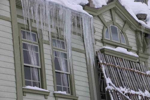 雪が融け 雫が氷柱に 春まぢか_c0075701_12132359.jpg