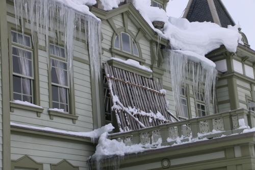 雪が融け 雫が氷柱に 春まぢか_c0075701_12132970.jpg