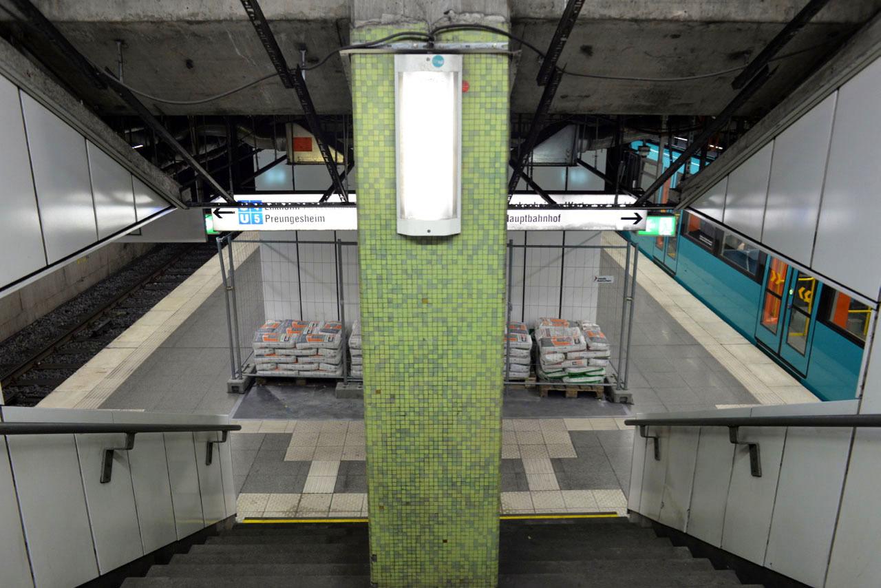 フランクフルトの地下鉄駅に現れた1973年の壁_e0175918_23562974.jpg