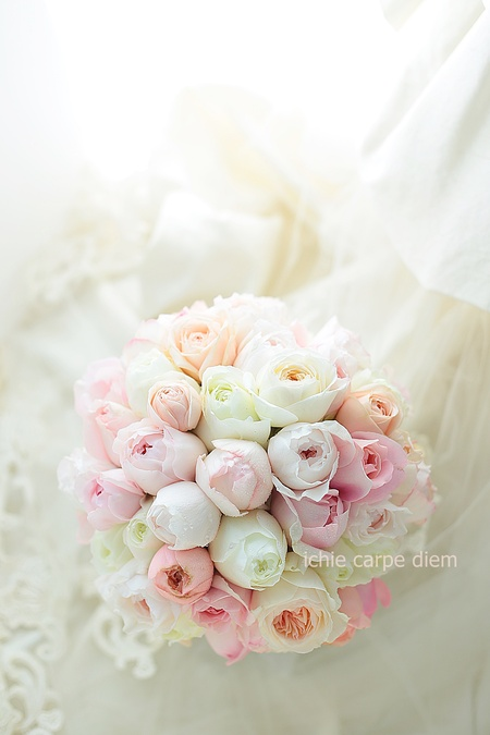 クラッチブーケ ザ・リッツカールトン東京さまへ ほのかなピンクのバラだけで_a0042928_10432538.jpg