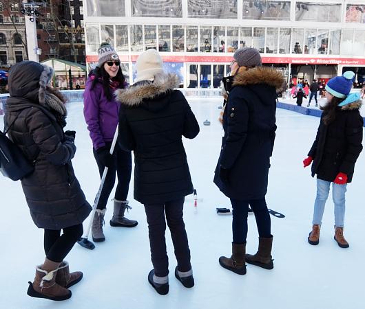NYでカーリングするならブライアント・パークのスケート・リンクへ?!_b0007805_2338505.jpg