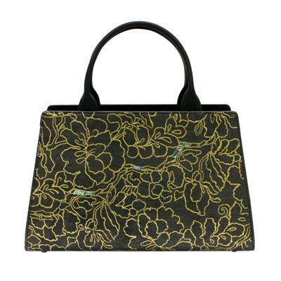 身につける漆 蒔絵のハンドバッグ マウントエクレア ハンドバッグ 金箔 芳華 研ぎ出し いぶし 銀箔 坂本これくしょんのシックな牛革に金箔と螺鈿で蒔絵をあしらった豪華なデザイン  wearable URUSHI MAKIE leatherbags Mt Eclair handbags Cattleya flower Gilt 側面から見ると、やや馬蹄型(ばていがた)になったふっくらと優しいフォルム、カトレアの花をイメージした金箔の細いラインの蒔絵とポイントに配した螺鈿が大人の艶やかさと優雅さを表現、美しさと機能性の両面を持つ才色兼備なバッグです。 #蒔絵バッグ #牛革ハンドバッグ #金箔蒔絵 #カトレア柄 #機能的なバッグ #お洒落なバッグ #使いやいバッグ #handbags #CattleyaBag #leatherbags #MtEclair #MAKIE #makiebags