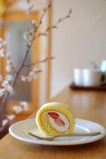 いちごのロールケーキ(無印のバットで)_c0110869_11075110.jpg
