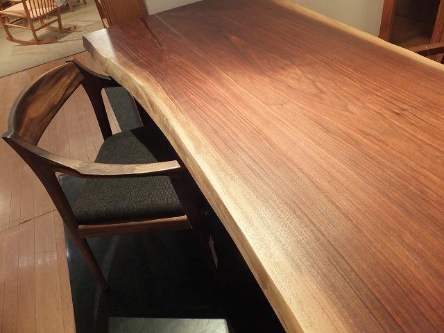 新作の一枚板&国産の木のテーブル展開催中。【ウォーナット一枚板展】_b0318103_06402327.jpg