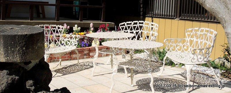 大御堂前庭ガーデンベンチ