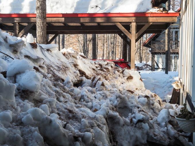 """今年の""""屋根からの落雪""""例年にない激しさでした。_f0276498_23423228.jpg"""