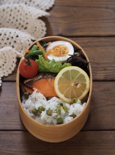 焼き鮭と今年初の豆ごはん弁当_c0270834_09330192.jpeg
