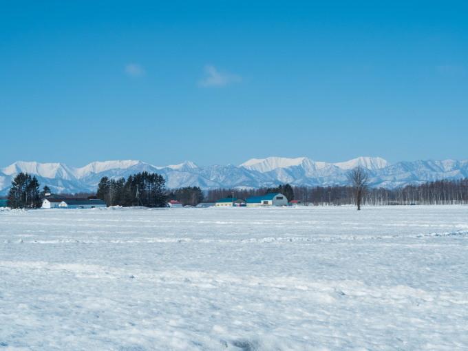 春の日差しが降り注ぐ畑・・でも雪どけはまだまだです。_f0276498_22565716.jpg