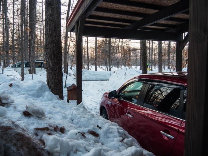 春の日差しが降り注ぐ畑・・でも雪どけはまだまだです。_f0276498_22575334.jpg