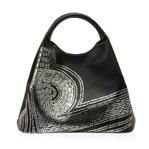 身につける漆 坂本これくしょん 蒔絵のハンドバッグ 横つつみ バッグ 石の小道 銀色粉 伝統の技と技術を生かし、おしゃれにかつスタイリッシュに日本の伝統とともに何時も身につける喜び wearable URUSHI MAKIE leather handbags YOKOTSUTSUMI bag Stone Path Ways Silver color ふんわりと柔らかい曲線を持つ女性らしい印象のフォルムにヨーロッパの小道を思わせる風景をデザイン、ライムグリーンの生地を使用し中の荷物が見やすい、職人が丁寧に仕立てたコンパクトながら収納量も大きいB5サイズ対応の便利なハンドバッグです。 #蒔絵ハンドバッグ #ハンドバッグ #牛革ハンドバッグ #横つつみハンドバッグ #石の小道 #デザイン性が高い #handbags #MAKIE #Stonepathways #handmade #leatherbags #高級感あふれる #上質な牛革バッグ #坂本これくしょん #会津若松市