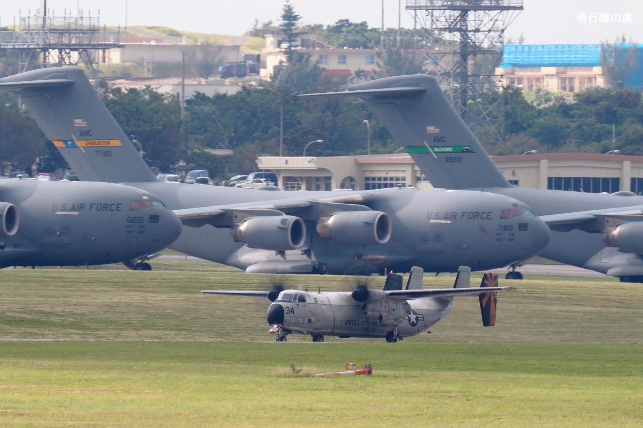 恐る恐る通過  C-2 グレイハウンド  アメリカ海軍_b0313338_00463529.jpg
