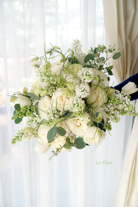 白いお花を使って束ねたプレゼントブーケ_f0127281_15413745.jpg