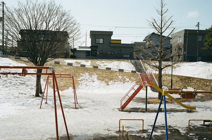 雪融けの斜面と水浸しの公園_c0182775_16261120.jpg