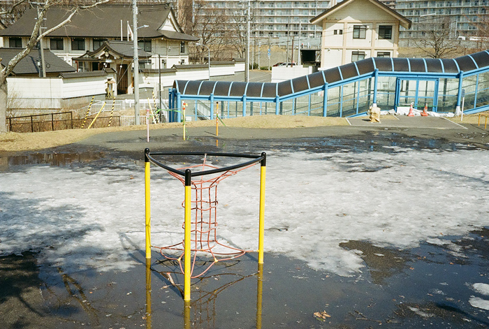 雪融けの斜面と水浸しの公園_c0182775_16565265.jpg