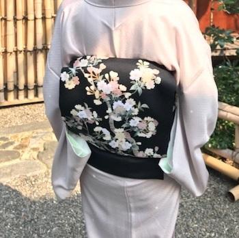 桜の下のお客様・桜色のきものに桜の帯・大島に絞りの帯_f0181251_10473247.jpg