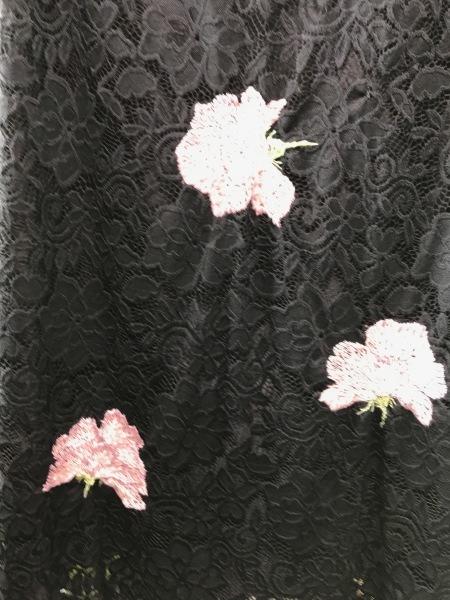 レースのワンピースにピンクの薔薇を刺繍しました。_e0397389_13311809.jpg
