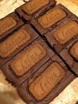 Easter charity bake saleにカップケーキとロータスビスコフブラウニーを焼く_f0238789_19184748.jpg