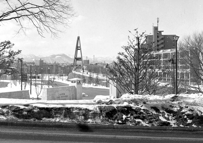 モルモン教会の残雪風景とヘイトスピーカーのケント・ギルバート_c0182775_13433039.jpg