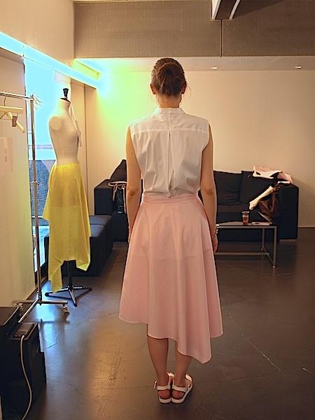 さわやかで愛らしい(フェミニン)な印象のtomoumi ono アシメトリー(左右非対称)スカート_e0122680_16571971.jpg