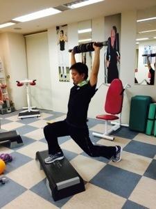 男性向けステップ台でのランジで腿・殿筋を鍛える_b0179402_01544438.jpg