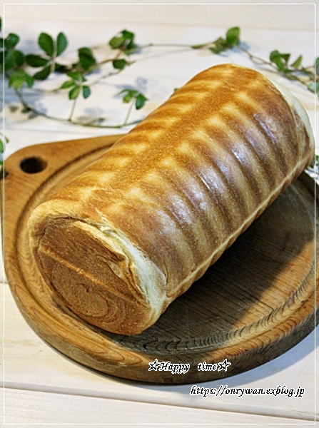 ソースチキンカツ弁当と庭からビオラとイチゴ酵母でラウンドパン♪_f0348032_18504282.jpg