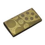 身につける漆 蒔絵の長財布 牛革長財布 金ドット みなも 金色粉 伝統の技と技術を生かしおしゃれにかつスタイリッシュに日本の伝統とともに何時も身につける喜びを機能的に携帯できるファッションアイテムに創り上げた坂本これくしょん wearable URUSHI MAKIE leather long wallet Water Surface gold color 高級感あふれる上質な牛革にゴールドカラーが上品な長財布「金ドット みなも」専門の職人の手により見た目にも機能にもこだわり丁寧に仕立てられた豪華なデザイン、女性がお洒落に持てる財布です。 #蒔絵長財布 #牛革長財布 #長財布 #財布 #みなも #金ドットみなも #金色の財布 #longwallet #leatherwallet #wallet #goldendot #watersurface #MAKIE #handmade