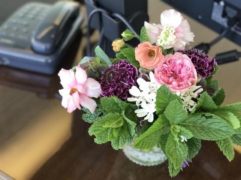 今日のレクサス宮崎装花----庭のお花やハーブも一緒に束ねました_b0137969_06093061.jpg