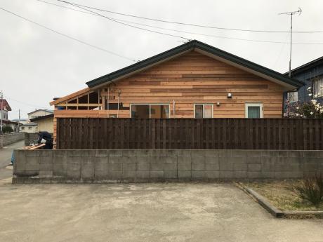 築5年ですが改築です。秋田市土崎港北の家、まだまだ新しいのですが、改築することになりました。ビニルクロス、既成品を多用した住宅がイヤになったやうです。外壁はサイディングから杉板に、サンロームも増築。_e0148212_21042625.jpg