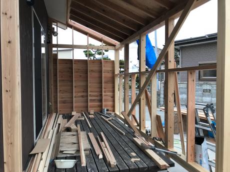 築5年ですが改築です。秋田市土崎港北の家、まだまだ新しいのですが、改築することになりました。ビニルクロス、既成品を多用した住宅がイヤになったやうです。外壁はサイディングから杉板に、サンロームも増築。_e0148212_21054448.jpg