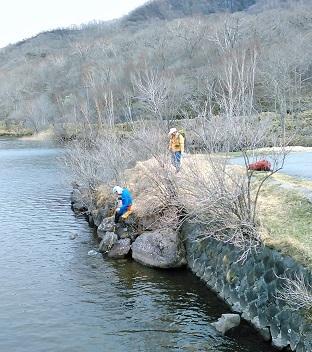 湖面に落ちた帽子の救出作戦_e0077899_16574330.jpg