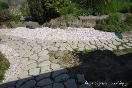 玄関前の小径の雑草対策_c0293787_23032931.jpg