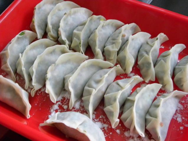 行者ニンニクで餃子と鶏皮で出汁を取ってわかめスープ_c0162773_15550160.jpg