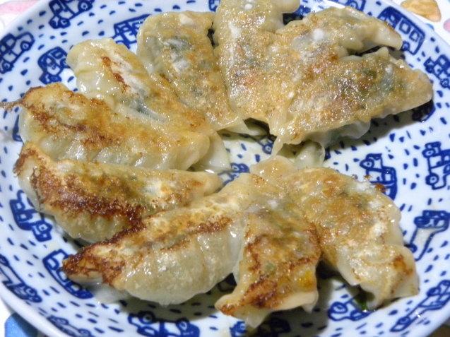 行者ニンニクで餃子と鶏皮で出汁を取ってわかめスープ_c0162773_15560014.jpg