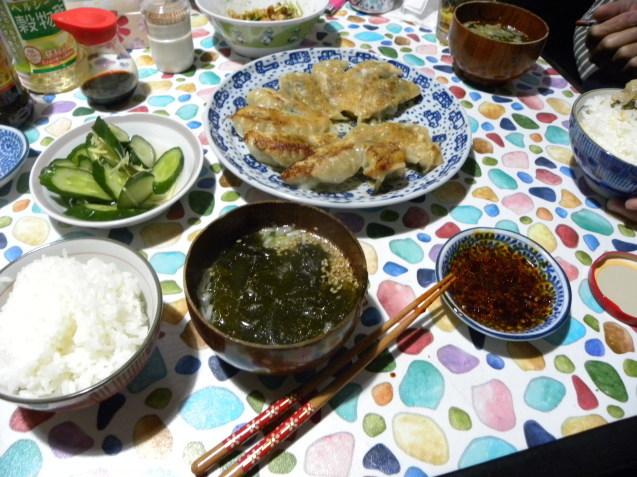 行者ニンニクで餃子と鶏皮で出汁を取ってわかめスープ_c0162773_15565507.jpg