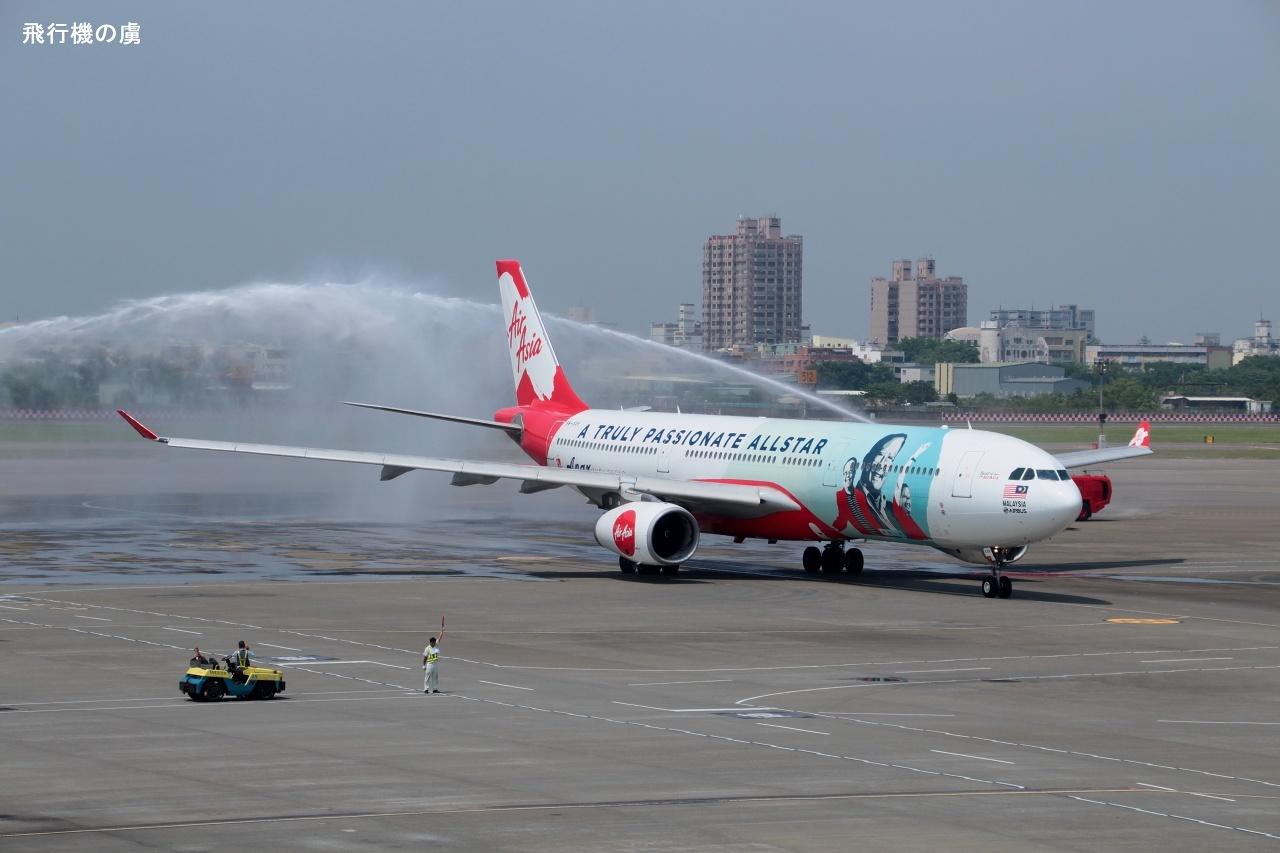 ウォーターアーチを抜けて  A330  エアアジアX(D7)_b0313338_21595125.jpg